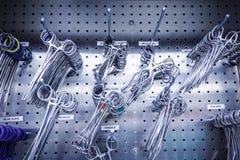 在不锈钢内阁的外科器械 库存照片