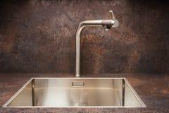 在不锈钢厨房水槽的现代设计师镀铬物水龙头 库存图片