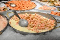在不锈钢板材的煮熟的被剥皮的大虾在冰 免版税库存图片
