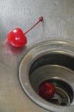 在不锈钢的两棵樱桃 库存照片