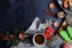 在与一个地方的背景题字的,一杯茶的布局,几根肉桂条和树小树枝  库存照片
