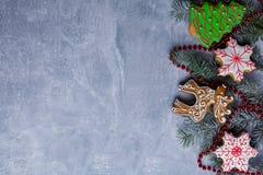 在与一个地方的背景题字的,树的枝杈用小珠和姜饼装饰 库存图片