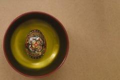 在与一个手工制造样式的黑色绘的板材的复活节彩蛋 免版税库存照片