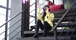 在与一大窗口夫人非洲种族兴高采烈使用的现代大厦与虚拟现实玻璃,她是 股票视频