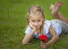 有红色花的女孩 库存照片