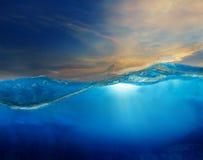 在与上面美丽的剧烈的天空的清楚的水下 免版税库存图片