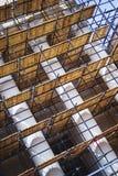 在与专栏的一个历史建筑附近有木装饰的金属脚手架被修造的恢复工作和整修门面的 免版税库存照片