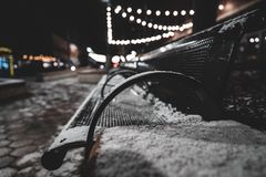 在与光的假日期间城市长凳 免版税库存照片
