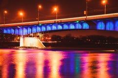 在与反射波兰,华沙的晚上被照亮的Slasko-Dabrowski桥梁 免版税图库摄影