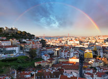 在与圣地豪尔赫城堡的里斯本,葡萄牙的彩虹地平线 免版税库存照片