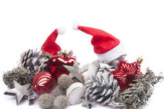 在与圣诞节球的白色背景隔绝的杉木锥体 免版税库存照片