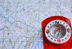 在与地图和指南针的一次旅途上 免版税库存照片