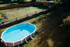 在与大海的地面游泳池上 免版税库存照片