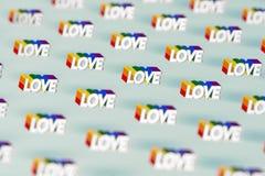 在与彩虹概述样式的银色爱词射击的特写镜头 6月作为一个月同性恋自豪日和爱概念 在柔和的淡色彩 皇族释放例证