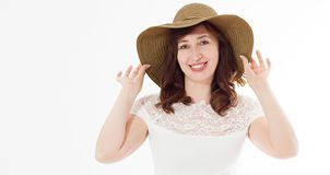 在与拷贝空间的白色背景隔绝的夏天帽子的愉快的中年妇女 夏令时辅助面孔皱痕皮肤 免版税库存图片