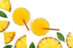 在与拷贝空间的白色背景隔绝的玻璃和菠萝切片的菠萝汁您的文本的 顶视图 库存图片