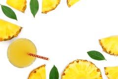 在与拷贝空间的白色背景隔绝的玻璃和菠萝切片的菠萝汁您的文本的 顶视图 免版税库存照片