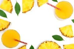 在与拷贝空间的白色背景隔绝的玻璃和菠萝切片的菠萝汁您的文本的 顶视图 免版税库存图片