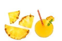 在与拷贝空间的白色背景隔绝的玻璃和菠萝切片的菠萝汁您的文本的 顶视图 库存照片