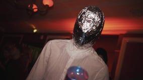 在与摆在照相机的火炬的锡纸包裹的人在万圣夜党 股票录像