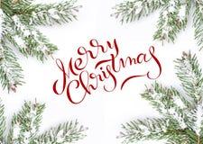 在与文本圣诞快乐的白色背景隔绝的绿色框架冷杉分支 字法书法 库存照片