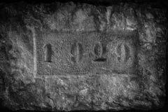 在与日期1929年,黑白色的墙壁的一块石头 免版税库存图片