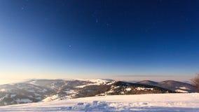 在与星状天空的冬天使移动在山模糊 股票视频