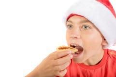 在与果酱馅饼的白色背景隔绝的十几岁的男孩 免版税库存图片