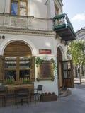 在与桌的咖啡馆外面和门户开放主义在Piotrkowska st 免版税库存照片