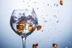 在与液体的玻璃玻璃,冰崩色和下落是PR 库存图片