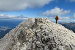 在与清楚的蓝天的晴天期间Pirin山在保加利亚,灰色岩石山顶 免版税库存图片