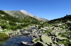 在与清楚的蓝天的晴天期间Pirin山在保加利亚,灰色岩石山顶 免版税图库摄影
