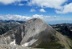 在与清楚的蓝天的晴天期间Pirin山在保加利亚,灰色岩石山顶 库存图片