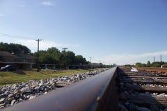 在与火车轨道的小山顶部在郊区 免版税库存图片
