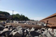 在与火车轨道的小山顶部在郊区 免版税库存照片