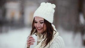 在与热水瓶的冬天在手中加热的滑稽的夫人 影视素材