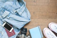 去在与照相机、巧妙的电话和更多项目,在木头的平的位置的一次冒险旅行上 库存照片