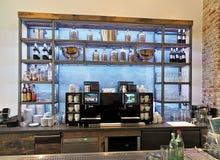 在与瓶和饮料的酒吧里面 库存图片