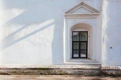 在与白色木框架的白色墙壁窗口 库存照片