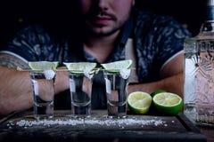 在与石灰和盐的酒吧射击的龙舌兰酒 免版税库存照片
