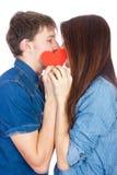 在与礼物的白色背景在手中隔绝的愉快的年轻美好的夫妇 免版税图库摄影