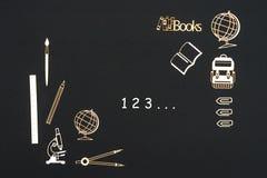 在与第123的黑背景安置的学校用品 免版税库存图片