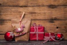 在与红色白色chec的纸包裹的手工制造圣诞节礼物 免版税图库摄影