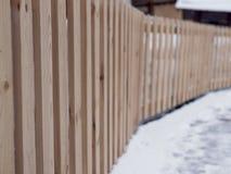在与老平行的板条的白色背景隔绝的布朗木篱芭 与裁减路线的对象 免版税库存图片