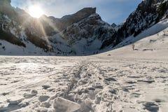 在与脚步的冬天期间Seealpsee,瑞士山 库存图片