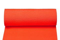 在与裁减路线的白色背景隔绝的红色瑜伽席子 免版税库存图片