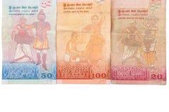 在与裁减路线的白色背景隔绝的100,20,50卢比斯里兰卡的钞票  库存照片