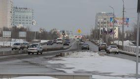 在与运行的汽车的高峰时间,俄罗斯,冬天,繁忙的城市道路 股票视频