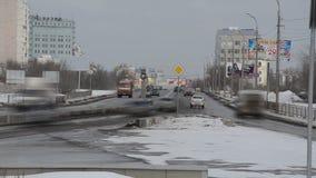在与运行的汽车的高峰时间,俄罗斯,冬天,繁忙的城市道路Timelapse  股票录像
