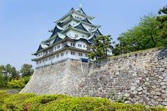 在与金黄老虎鱼上面的名古屋城堡朝向叫的对 免版税库存图片